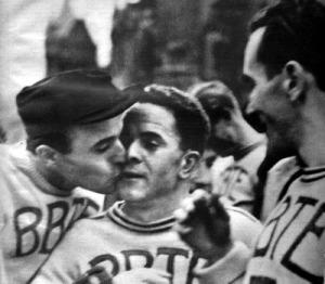 A győztes gól jutalma - Gáthy kapus boldogan csókolja meg a gólszerző Szamosit