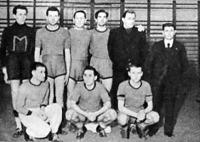 A MAFC győztes csapata - Szabó, Eszéki, Kostyál, Takács, Dobler, a csapat mestere, Bognár játékvezető - Ülnek Katona, Kapás, Balogh II.