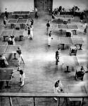 12 asztalon egyszerre folyik a nagy ping-pong verseny