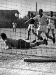 Tóth György kaparintja meg a labdát egy sarokrúgás után. Előtte Finta, a háttérben Híres és Kiszely