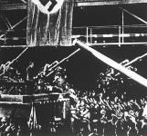 Hitler vezér a német fegyverkezési munkásokhoz beszédet tartott egy berlini gyár szerelési csarnokában.