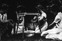A tehén fejését mesterséges tőgyön gyakorolják a lánytanulók.