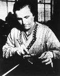 Német asszony a satupadnál; főként a finom-mechanikában jelentkezik az asszonyok sajátos képessége.