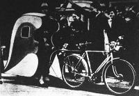 Párizsban a benzinhiány miatt egy állás nélkül maradt sofőr feltalálta a kerékpár-taxit, melynek nagy sikere van.