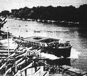 A Piemonte nevű olasz dunai hajó vízrebocsátása az óbudai hajógyárban (a vontatóhajó 53 méter hosszú, 8.2 méter széles és hat darab, egyenként 500 tonnás uszályt vontathat)