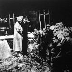 Az angol király és királyné a Buckinghami palota bombázása után kijött a palota alatt épített igen erős fedezékből és megszemlélte, hogy a német bombák minő károkat okoztak