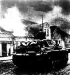 Belgrád égő külvárosában haladó német tankok