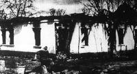 A vadul pusztító csetnikek előbb kirabolták, majd felgyújtották ezt a délvidéki házat