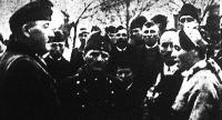 A visszatért Doroszló magyarjai virággal köszöntik a dandárparancsnokot