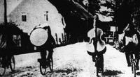 Malacbanda kerékpáron. A francia életben megpattantak az idegszálak, Párizs dáridója elhalkult, a muzsikusok kénytelenek faluról falura vándorolni, hogy megéljenek