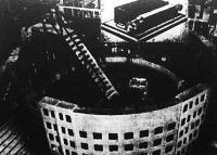 Európa legnagyobb dinamója a berlini: átmérője 12, magassága 9 méter, súlya egymillió kilogramm. A kép felső részében Siemens első dinamója látható, amely 45 kg-os volt és egyetlen villanykörtét tudott izzásban tartani.