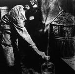 A vegyigyári munkás szabályszerű gázálarcot öltött a sósav  áttöltésekor.