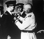 Mussolini olasz miniszterelnök saját kezével tűzte fel az érdemérmet a római-tókiói repülőbravúr hősének mellére.