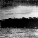 """Az """"Argus"""" repülőgép-anyahajón a felépítményeket már mind a fedélzet alá helyezték , hogy a fedélzet egész felületét a repülőgépek indulása és érkezése számára tartsák fenn"""