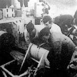 Tengeralattjáró ellen hatalmas vízibombákkal védekeznek. A bombák akkorák, hogy három ember tudja csak beemelni a vetőkészülékbe, amely a tengerbe dobja.