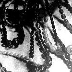 A borostyánnyakláncot az ókor óta viselik, főként babonás emberek, mert hiedelmük szerint mindenféle betegségtől védi az embert.
