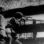 Távcsöves puskával felszerelt rohamosztagosok. A helységharc után.