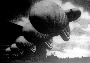 Sorakozó! A Londoni védő léggömbgátak ballonjait sokezer méternyi acélsodrony-pányvákon viszik ki a hangárból.