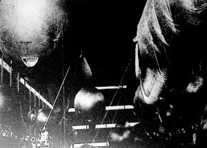 Óriási hangárokban töltik meg a Londont védő léggömbgátak ballonjait hidrogéngázzal.
