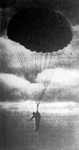 Ég és föld között lebeg még az ejtőernyős-katona. Még néhány perc s már harcra készen köt ki az ellenség háta mögött.