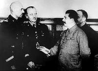 Középen Sikorski és Sztalin látható