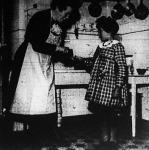 Francia gyermekek Svájcban (nehéz helyzetbe került szülők gyermekeit svájci nevelőmamák fogadják magukhoz, hogy a fejlődésükhöz szükséges élelmezést megadják nekik).