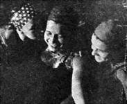 Novák Ilonkát (MUE) Baló (MUE) csókkal köszönti. Jobbra Somhegyi (Gamma) látható.jpg