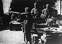 Egy német katona tájékoztatja bajtársait Róma egyik utcakeresztezésénél