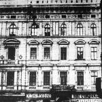 Kávézó a Baross-tér és a Fiumei-út sarkán. (A ház homlokzatán látható felirat arra utal, hogy tulajdonosa valamikor mezítláb gyalogolt be Budapestre.)