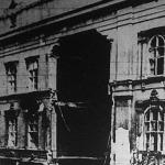 A tetőzettől a földszintig súlyosan megrongálódott lakóház a fővárosban