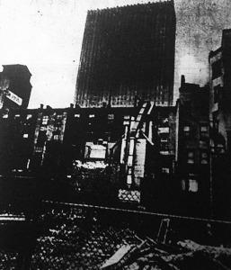 Felhőkarcoló és kültelki bérkaszárnya megdöbbentő ellentéte New-Yorkban