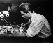 A 17 éves Borza László transzformátorüzemében lelkiismeretesen ellenőrzik a nagy rádiógyárak által vásárolt készterméket.