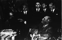 Roosevelt megszemléli azt a szoborcsoportot, amelyet a világ legjobban megszervezett repülővonalának fognak tiszteletdíjul átnyujtani.