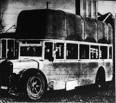 """Gázautóbuszok Frankfurtban. A """"megfejelt"""" autóbusz tetején hatalmas gáztartály van, a benne lévő gáz 16 kilométernyi út megtételéhez elegendő."""