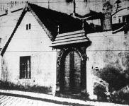 Budapesten a Statisztikai Hivatal szomszédságában áll ez az 1848-ban épült ház, melynek faragott kapuját sokan megcsodálják.