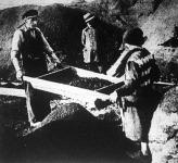 A kispesti Cséri-telepen a gyári salakrétegek tüzelésre alkalmas kokszanyagát a képen látható rosták segítségével termelik ki.