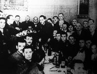 A Budapesti Korcsmárosok Ipartársulata szeretetvendégségen látott vendégül száz sebesült, de már lábadozó honvédet.