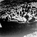 Egy  inka oltárkő, belevésett emberi fejekkel és arcokkal, valamint titokzatos hieroglif-jelekkel.