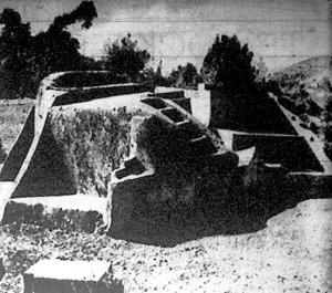 Meridián-jelző sziklatömb, amelyet egyetlen kőből faragott ki a félévezred előtt élt kőfaragómester.