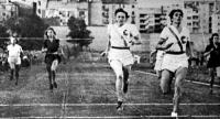 A 200 m-es síkfutás befutója. Elöl Babay a győztes, mögötte csapattársa Lőrinczy fut.jpg