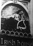 A síró Írország húrjavesztett hárfával - szimbolikus kép a dublini úgynevezett Ír-Házon