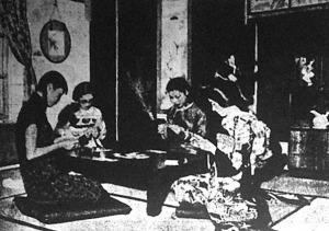 A mandzsu és japán hölgyek épúgy bridzselnek, mint bárhol a világon, legfeljebb szék helyett párnákon csücsülnek
