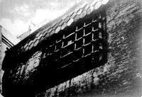 Rostélyos börtönablak. Közvetlenül a tető alatt szenvedtek az éhhalálra ítéltek.