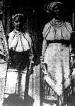 A csángó leányok viselete falvanként változik.