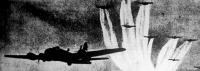 A zavaró repülőgép nyomán kirajzolódik az áruló ezüstcsik a kék égboltozatra.