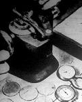 A lencséket preciziós ellenőrző és mérő műszerekkel vizsgálják, hogy megfelelő erősségűek-e.