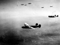 B-24 Liberator bombázók Budapest felett  Fotó Tom Santarlas.jpg