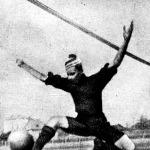 Manno Miltiadesz (BTC) az első bajnokság gólkirálya gólt lő a háló nélküli kapuba