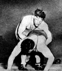 Kovács Gyula megpróbálja kiemelni a száz kilós Riheczkyt.jpg