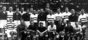 A két csapat tagjai - sötét mezben a magyarok.jpg